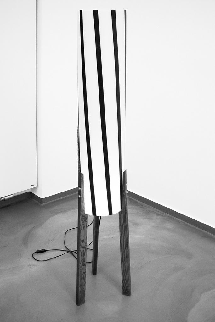 o.T. (Lampe II), 2010, Plexiglas, Holz, ca. 155 x 20 x 30 cm