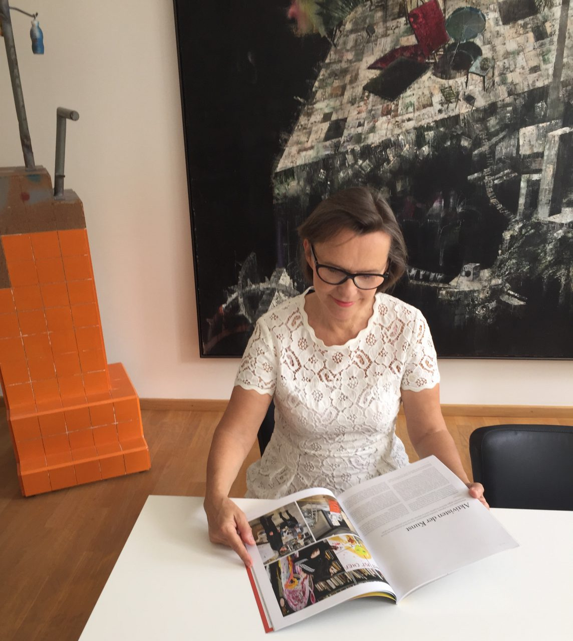 Our founder reading an article about Artitious in the latest DISKURS magazine