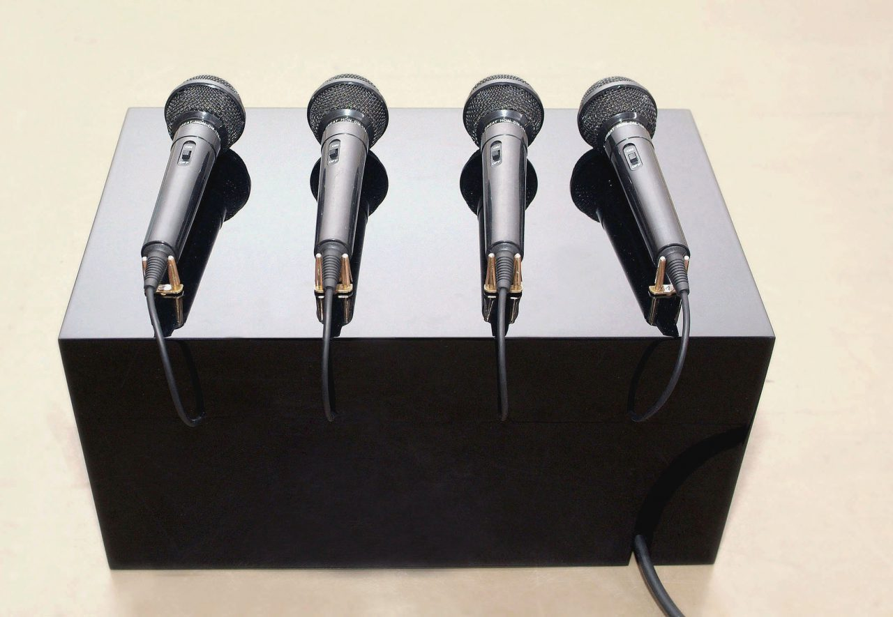 Karaoke I sculpture with sound I wood, microphones, electronics, paint I 30 x 30 x 30 cm