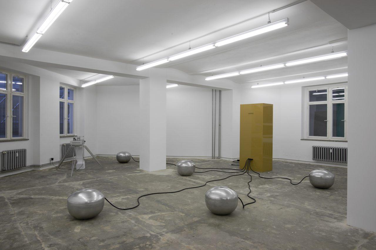 Radio_raw I installation with sound I 200 x 700 x 500 cm