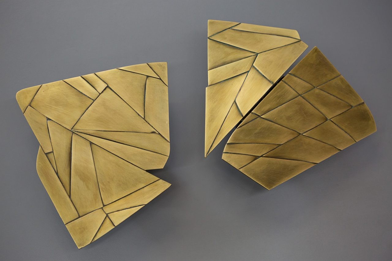 Ivonne Dippmann WV 2015 - 021, 022 | 2 x neckline negative, patinated, Ø 20 cm, 2/4 brass objects, production in cooperation with Juliwerk, from an edition of 14 handcrafted unique items, Berlin 2015 © Katrin Greiner
