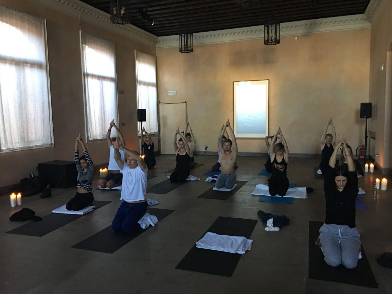 The Secret Key: Kundalini Yoga with Che Ahlers, 2016   Zuecca Project Space, Venice, Italy   Artwork: © Slater B. Bradley   Courtesy of Slater Bradley Studio, Berlin and Galeria Filomena Soares, Lisbon   Photo: Slater Bradley Studio