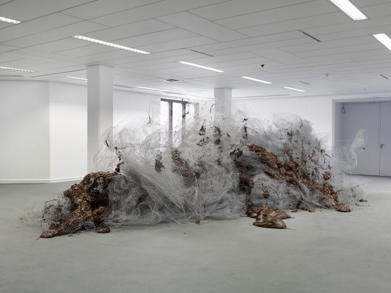 Untitled | 2013 | chicken wire, Nutella | approx. 240 x 800 x 560 cm | exhibition view Kunsthalle Mannheim | photo: Bernd Borchardt