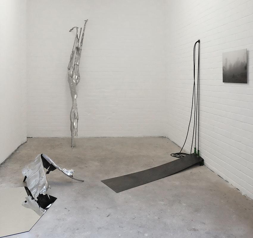 monkey business 2017, Installation view, Eisen geschweisst, Spiegel, Stahlplatte, Flaschen, Gummi, Fotografie