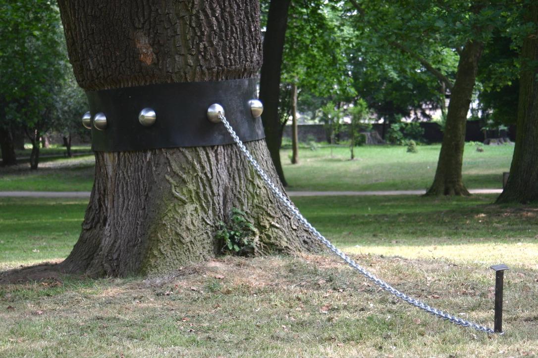 """""""Halsband"""", Installation, stainless steel, rubber, steel, galvanized, 1x 1x 0,4 meter, exhibition Schlosspark Stammheim, Cologne, Germany"""