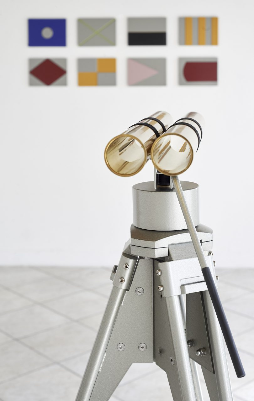 The Observer (head) I kinetic sculpture I stainless steel, brass, mechanical parts, rubber I 140 x 80 x 80 cm I background: signal flags