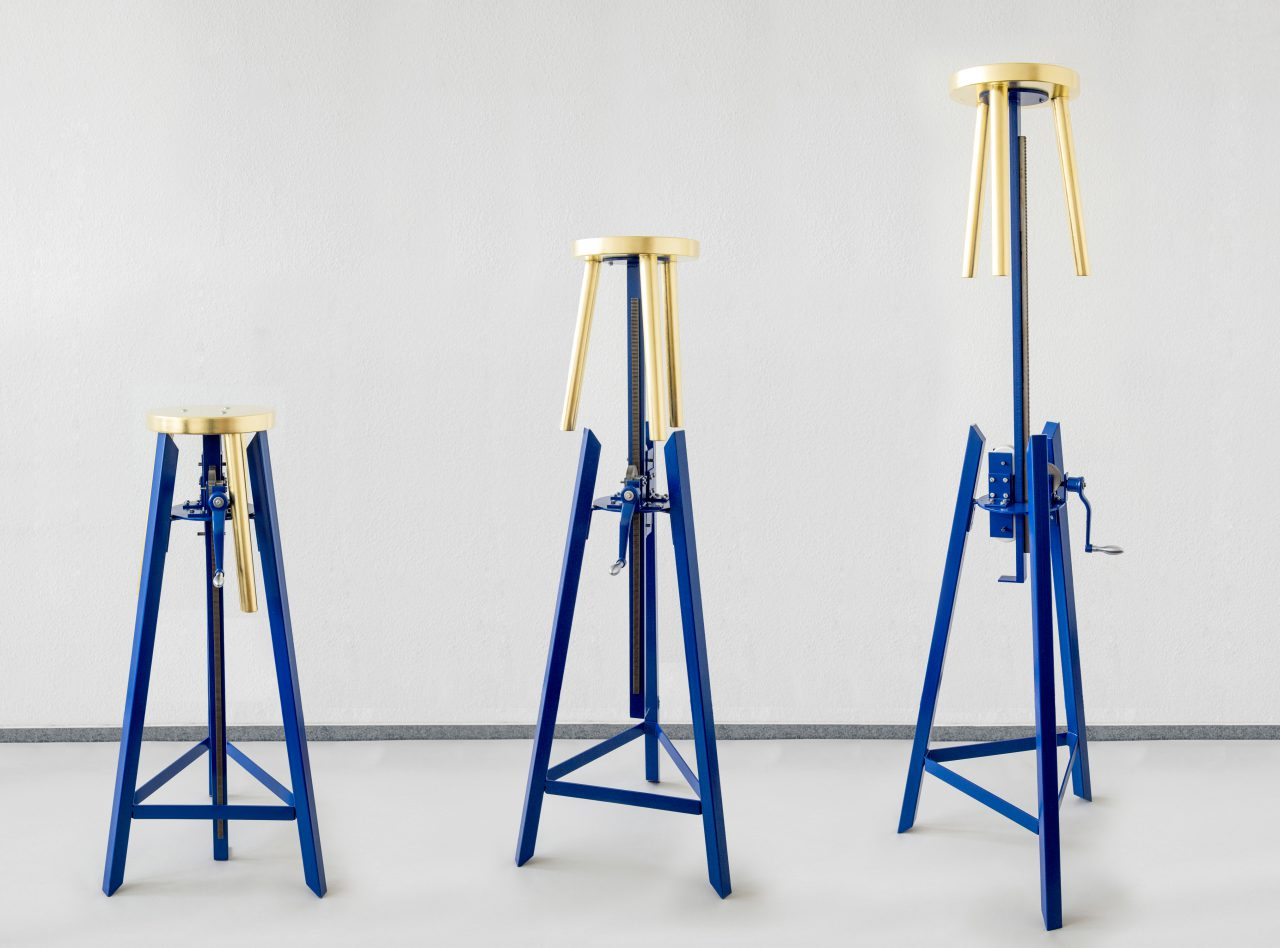We Ego I kinetic sculpture I steel, golden stool, mechanical parts, paint I 130/200 x 65 x 65 cm
