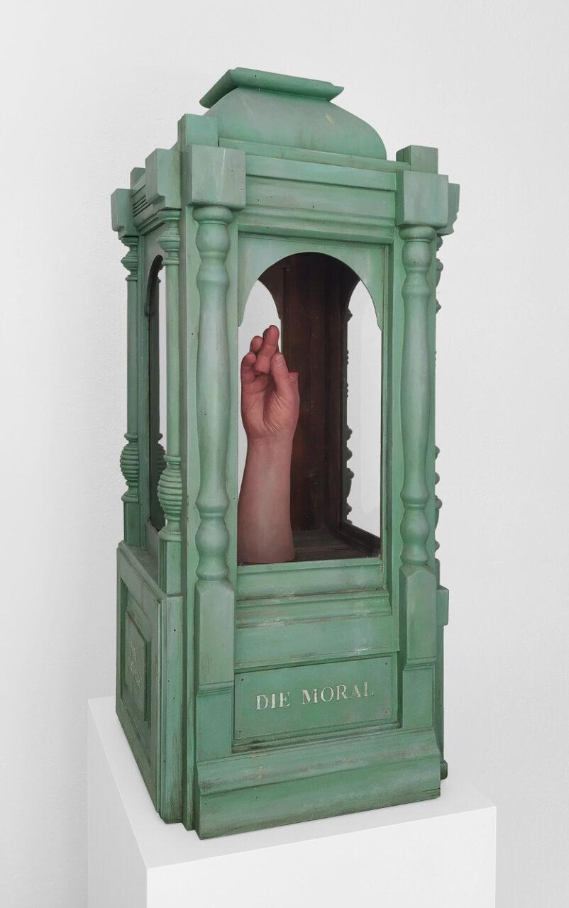 """""""Die Moral von der Geschichte verstehe ich mit nichte."""", 2020, Holz, Gips, Acrylfarbe, Glas, Staub, Blattgold, 86 x 37 x 37 cm"""