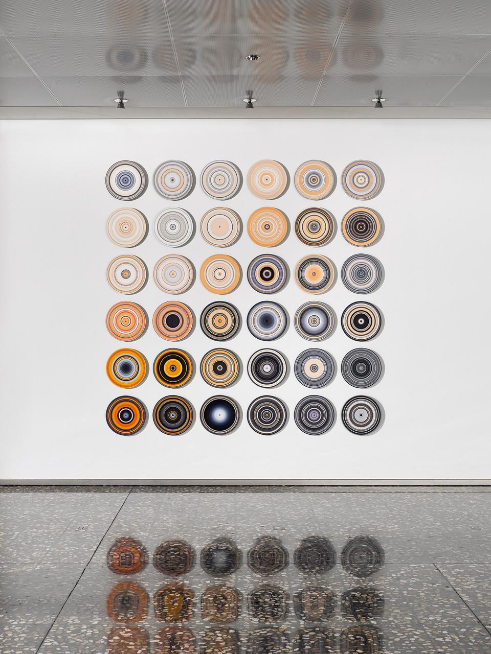 SOUND AND VISION, BlackWhiteOrange, 2020, Oil on Vinyl, 36 pieces, each Ø 30cm, Foto: Roman Mensing