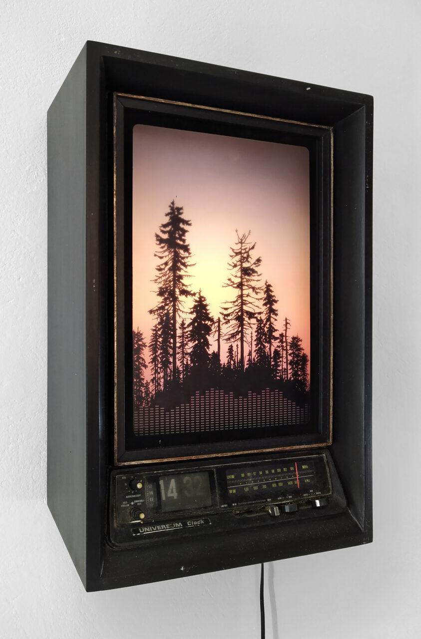 """""""Universum Clock – Die Stimmen der Verstorbenen"""", 2021,  Hinterglasdruck, Glas, Radioarmatur, MDF, Holz, Hartschaumstoff, Acrylfarbe, LEDs, 47 x 31 x 21 cm"""